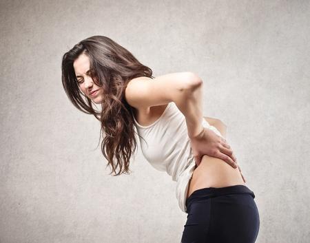 jovenes: Mujer joven con dolor de espalda