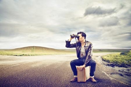 man op zoek naar iets in zijn verrekijker Stockfoto