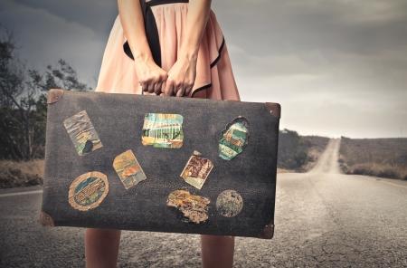 vrouw klaar om te vertrekken met haar koffer Stockfoto