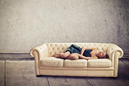 sono: bela jovem dormindo no sof