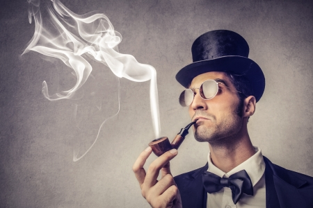 豊かなハンサムな男性喫煙パイプ