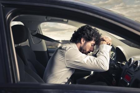 agotado: hombre desesperado y cansado de conducir un coche