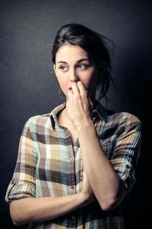 그녀의 손톱을 물어 뜯는 걱정 된 여자 스톡 콘텐츠