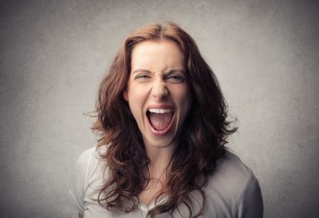 schreeuwende jonge vrouw