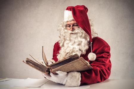 Kerstman Klaus lezen van een boek Stockfoto