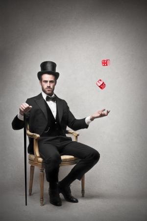 rich man: rico sentado en una silla de lanzar los dados