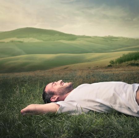 meadow  grass: hombre que se relaja en la hierba