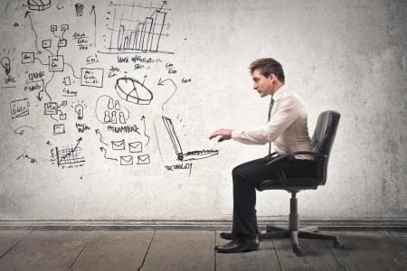 描かれたコンピューターに取り組んでいる実業家