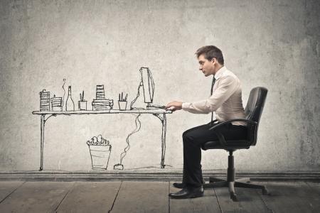 ビジネスマンの描かれたコンピューターで作業