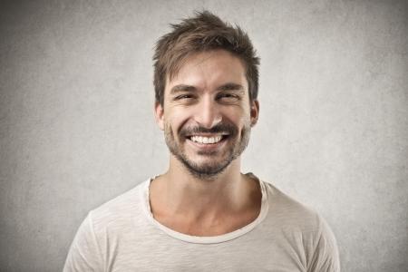 reir: hombre sonriente