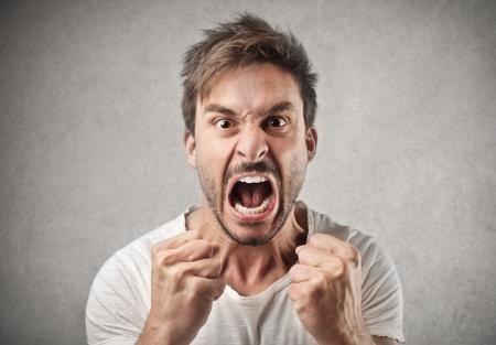 enojo: hombre gritando agresivamente Foto de archivo