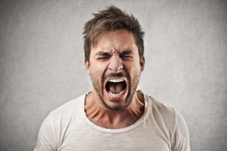 aggressively: uomo urlando aggressivo