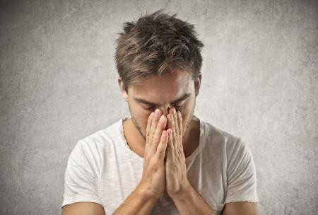 gente triste: hombre desesperado