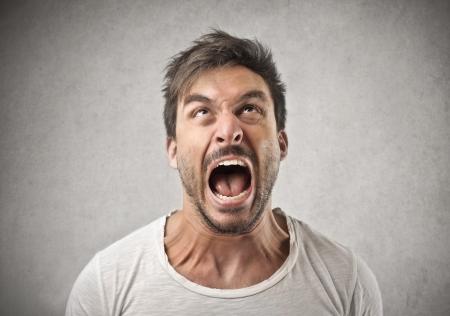 gritando hombre gritando