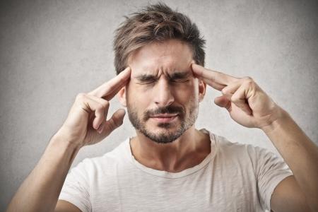 man thinking: homme pense vraiment difficile Banque d'images