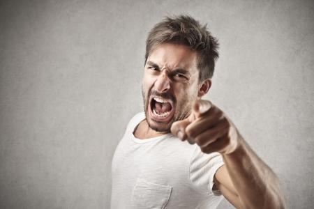 muž: křičel muž