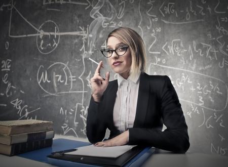 arrogancia: profesor de fumar en una clase Foto de archivo