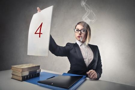 arrogancia: profesor que da una marca