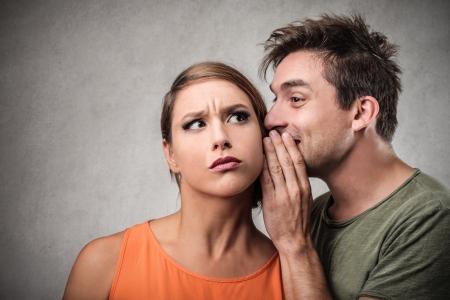 stupor: hombre dici?ndole un secreto a una mujer