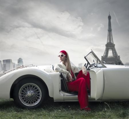vintage: Gyönyörű divat nő egy autó Párizsban