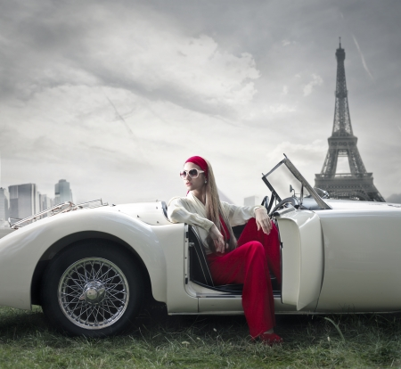 paris vintage: moda hermosa mujer en un coche en París