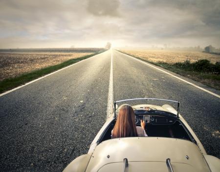 車を運転の女性