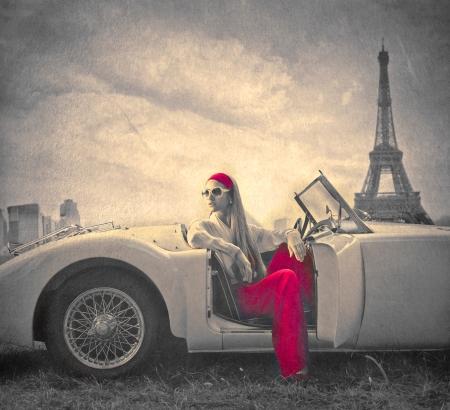 パリの車の上で美しいファッション女性
