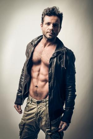 hombre sin camisa: hombre guapo atractivo