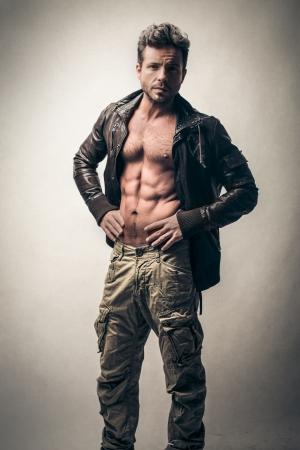 chaqueta de cuero: hombre guapo atractivo