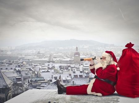 panorama view: Santa Klaus guardando attraverso un binocolo
