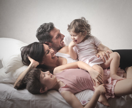 familia en la cama Foto de archivo