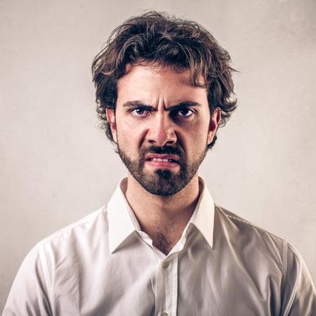 怒っている顔の男