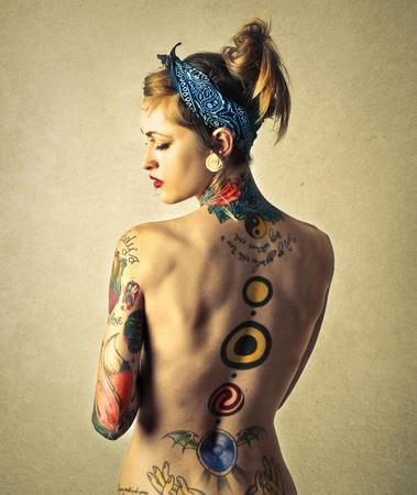 ragazza nuda: tatuaggio indietro