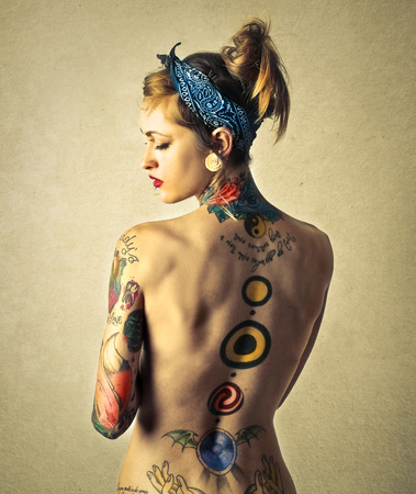 girl naked: tatuaje en la espalda Foto de archivo