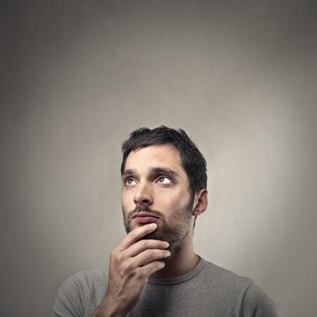 hombre pensando: pensar el hombre Foto de archivo