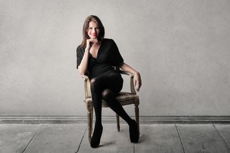 mujer sentada: mujer de sesión