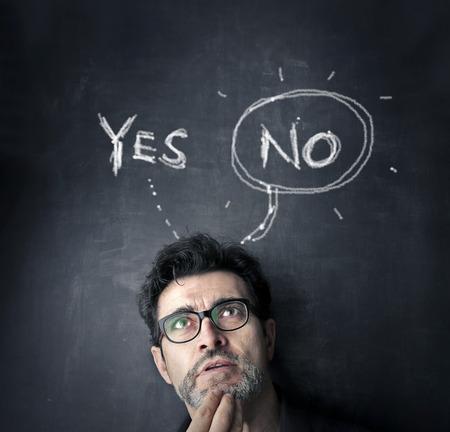 man met ja of nee op een zwarte boord