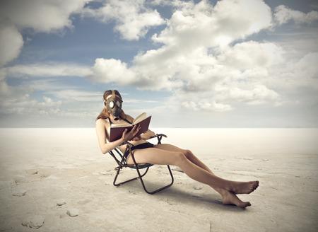 gas mask: Aislado de leer un libro