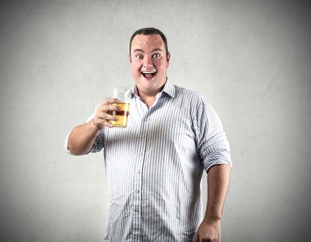 hombre tomando cerveza: Beber un vaso de cerveza