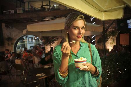 comiendo helado: Comer helado Foto de archivo