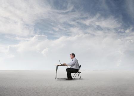 hombre pobre: Empresario de trabajo en el desierto