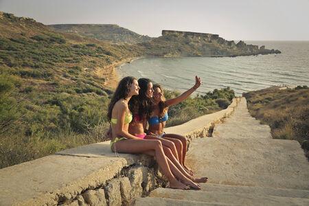 niñas en bikini: Tres amigos que toman un Autofoto Foto de archivo