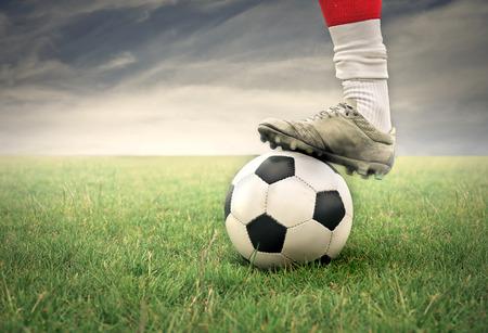 ボールとサッカー選手の足
