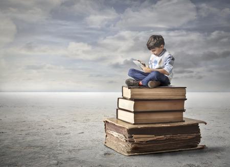 ni�os estudiando: Un nuevo tipo de educaci�n Foto de archivo