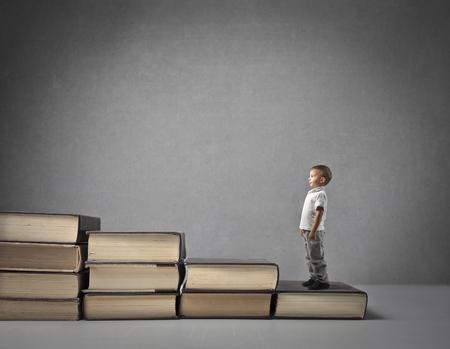 niños estudiando: El niño pequeño crece