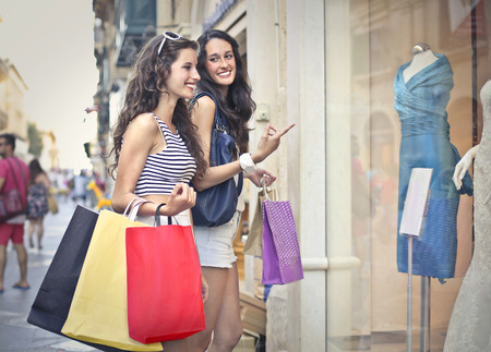 stores: Twee meisjes windowshopping