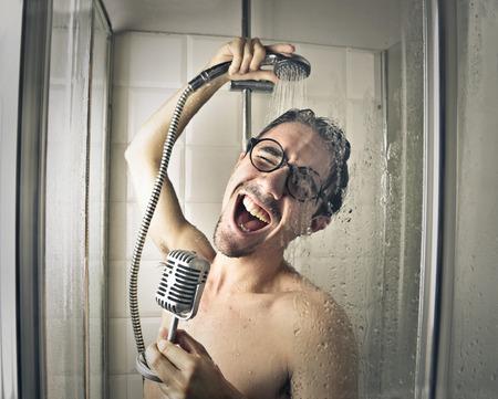microfono antiguo: Cantante en la ducha Foto de archivo