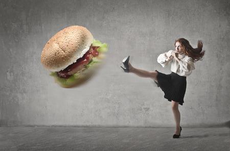 Kicking un hamburger Banque d'images