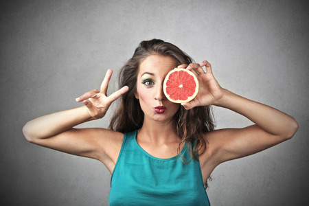 eating fruit: Comer sano