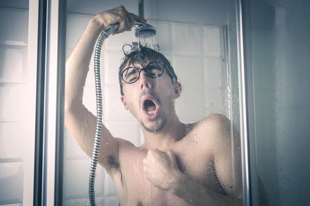 man face: man met een douche Stockfoto